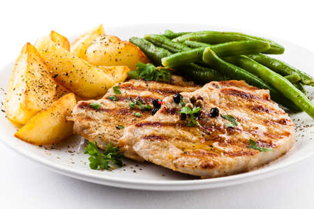Gegrilde biefstuk, gebakken aardappelen en groenten