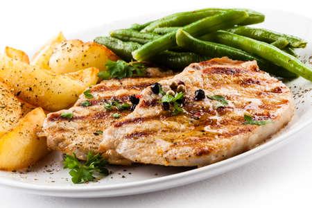 Gegrillte Steaks, Bratkartoffeln und Gemüse Standard-Bild - 18254407