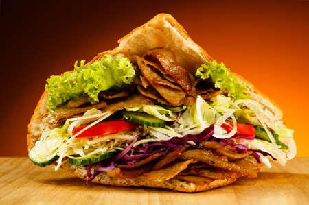 pinchos morunos: Kebab - carne a la brasa, pan y hortalizas Foto de archivo