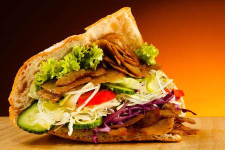 pinchos morunos: Kebab - Carne a la parrilla, pan y verduras