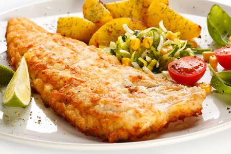 plato de pescado: Un plato de pescado - filete de pescado frito con vegetales