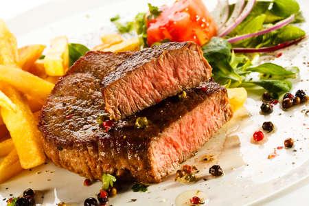 carne de res: Carnes a la parrilla, papas fritas y verduras
