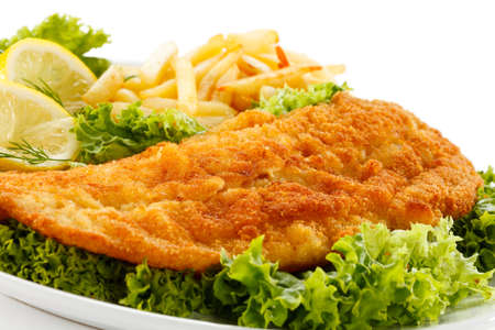 plato de pescado: Un plato de pescado - filete de pescado frito, papas fritas con verduras Foto de archivo