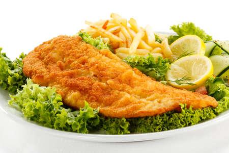 fish and chips: Plato de pescado - Filete de pescado frito, papas fritas con verduras