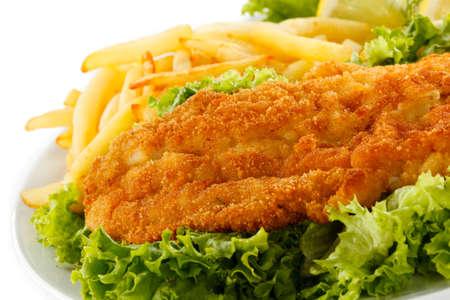 pescado frito: Plato de pescado - Filete de pescado frito, papas fritas con verduras