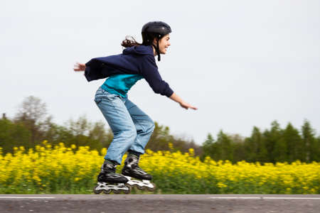 patinar: Chica rollerblading