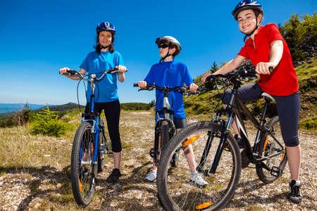 montando bicicleta: Ciclismo familia Activo Foto de archivo
