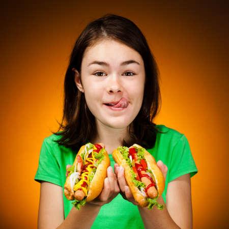 perro comiendo: Niña comiendo sándwiches grandes
