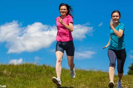 mujeres corriendo: Las mujeres se ejecutan Foto de archivo