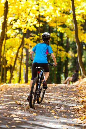 niños en bicicleta: Chica en bicicleta