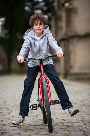 niños en bicicleta: Urban Biking - niño y la bicicleta en la ciudad