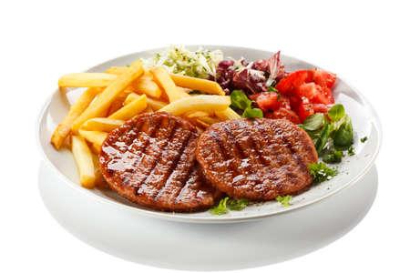 papas fritas: Carnes a la parrilla, papas fritas y verduras