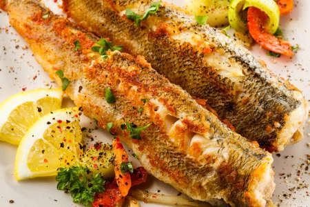 plato de pescado: Un plato de pescado - pescado frito y ensalada de verduras Foto de archivo