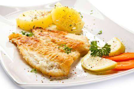 filete de pescado: Plato de pescado - Filete de pescado frito con vegetales