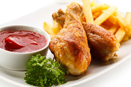 fried chicken: Grilled chicken drumsticks with chips and vegetables