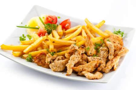 papas fritas: Grilled fritas y verduras en el fondo blanco Franc�s carne
