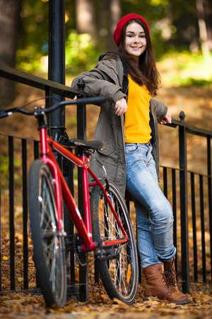 niños en bicicleta: Urban bike - chica y bicicleta en el parque de la ciudad Foto de archivo
