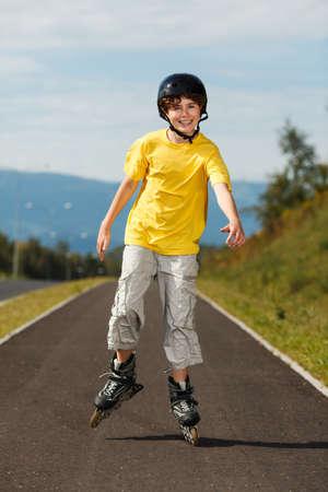 rollerblading: Boy patinaje al aire libre