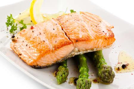asperges: Geroosterde zalm en groenten Stockfoto