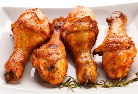 pollo a la plancha: Piernas de pollo a la parrilla en el fondo blanco