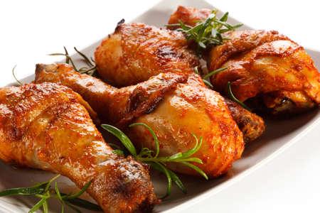 pollo frito: Piernas de pollo a la parrilla en el fondo blanco