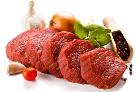 흰색 배경에 원시 쇠고기와 야채