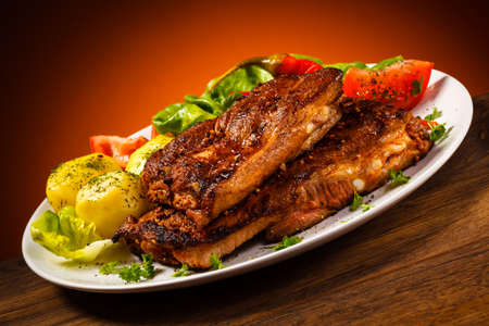 bbq ribs: Tasty grilled ribs with vegetables
