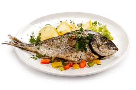 Fischgericht - gebratenem Fisch und Gemüse Lizenzfreie Bilder