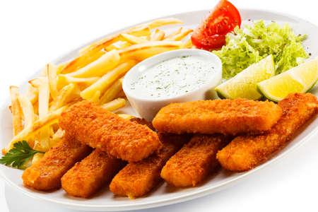fish and chips: Palitos de pescado frito, papas fritas y verduras