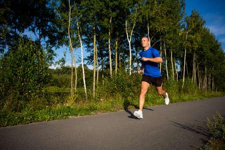 hombre flaco: Estilo de vida saludable - joven hombre corriendo Foto de archivo