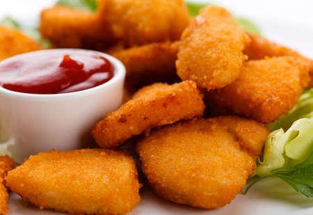 nuggets de poulet: P�pites de poulet sur fond blanc
