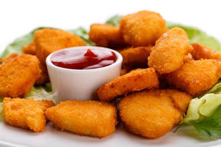 salsa de tomate: Nuggets de pollo en el fondo blanco