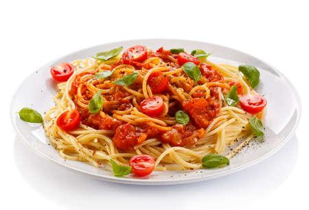 Pasta mit Fleisch, Tomaten, Parmesan und Gemüse