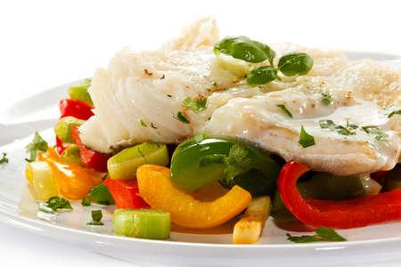 plato de pescado: Plato de pescado - filete hervido y verduras pescado Foto de archivo