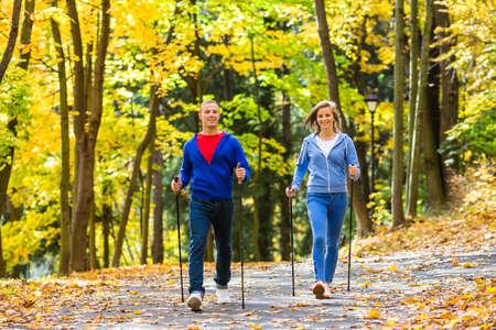 caminando: Nordic Walking - activa la gente trabajando al aire libre Foto de archivo