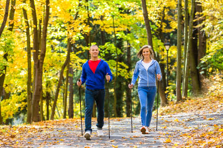 gehhilfe: Nordic Walking - aktive Menschen, die sich im Freien