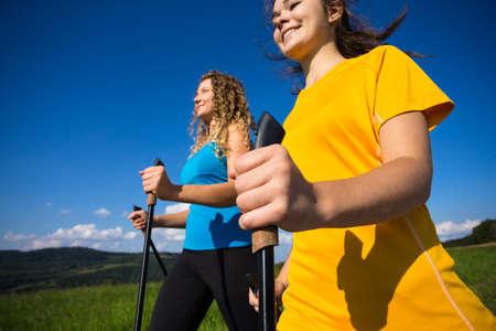 Nordic Walking - aktive Menschen im Freien Lizenzfreie Bilder
