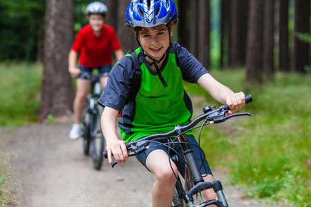 andando en bicicleta: Estilo de vida saludable - Adolescente y muchacho ciclismo Foto de archivo