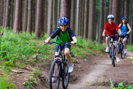 niños en bicicleta: Familia en bicicleta Foto de archivo