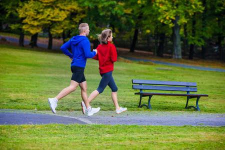 hombre flaco: Estilo de vida saludable - mujer y hombre corriendo en el parque