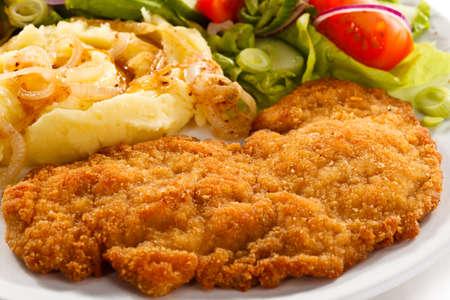 PURE: Chuletas de cerdo fritas, patatas cocidas y ensalada de verduras