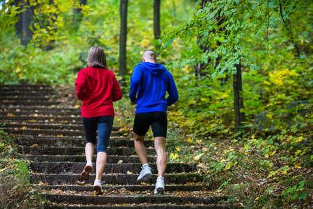 Estilo de vida saludable - mujer y hombre corriendo en el parque