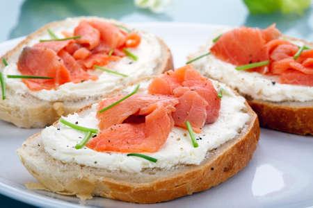 salmon ahumado: Salmón ahumado con queso crema en rebanadas de pan
