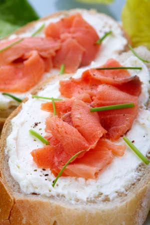 cebollin: Salmón ahumado con queso crema en rebanadas de pan