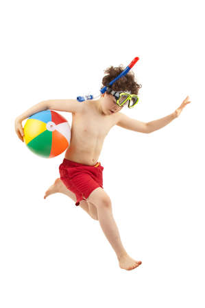 Boy tragen Schnorchelausrüstungen beim Springen Lizenzfreie Bilder