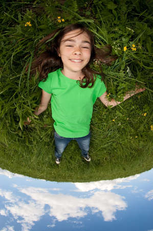 girl lying down: Una chica joven que se acuesta en la hierba