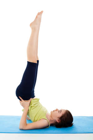 Mädchen auf Yoga-Matte trainieren