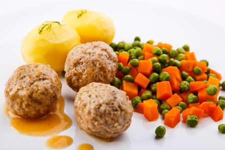albondigas: Albóndigas con guisantes, zanahorias y patatas