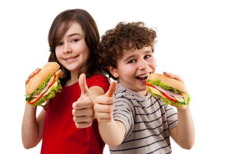 comer sano: Ni�os que comen bocadillos saludables aisladas sobre fondo blanco