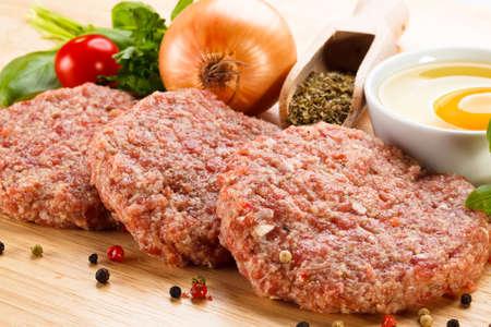 まな板ボード上の raw のミンチ肉のクローズ アップ